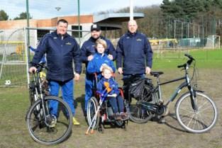 Voetbaltrainers fietsen langs stadions 1A-ploegen voor zieke Jorre