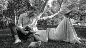 """""""Er zit verliefdheid in het beeld van Harry en Meghan. Maar de boodschap wordt verstoord door de wildgroei van een grote teen"""""""