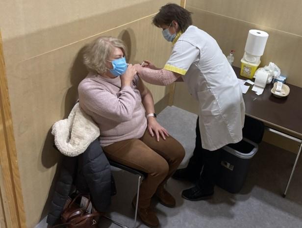 """Eerste prikjes in vaccinatiecentra zijn gezet: """"Ik de eerste? Wat een verrassing!"""""""