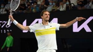 Geen tweede comeback voor Stefanos Tsitsipas op Australian Open: Daniil Medvedev trakteert zich op finale tegen Novak Djokovic