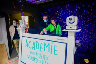 Jonge dj's zorgen voor sfeer tijdens eerste prikjes in vaccinatiecentrum Klein-Brabant