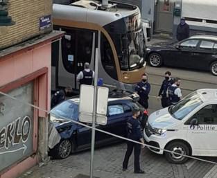 Mercedes AMG crasht tegen gevel na politieachtervolging
