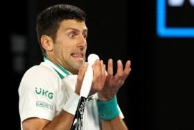 Novak Djokovic wint voor negende keer Australian Open na demonstratie tegen Medvedev