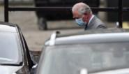 Prins Charles heeft zijn vader prins Philip bezocht in het hospitaal