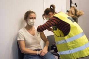 Eerste prik is gezet in het vaccinatiecentrum Sportoase