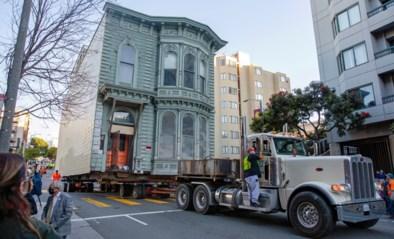 Afbreken is geen optie, en dus laat eigenaar zijn historische woning voor zo'n half miljoen dollar naar andere straat rollen