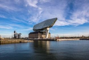 Ze bouwden imposante, iconische landmarks, nu moeten ze drastisch besparen en mogelijk Belgische afdelingen verkopen