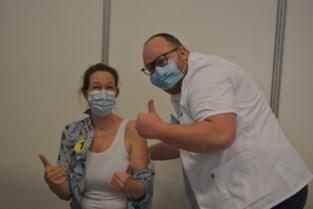 """Verpleegkundige Vanessa (49) krijgt allereerste prik in centrum van Wetteren: """"Liever het vaccin dan het virus"""""""