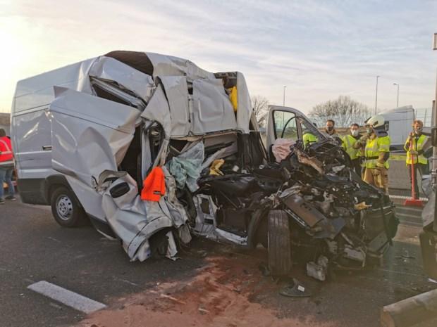 Bestuurder bestelwagen zwaargewond na klap tegen truck op E17