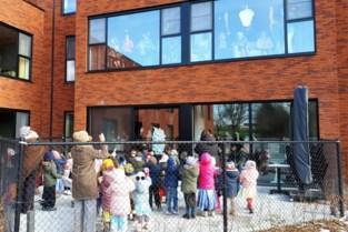 Kleuters Kers & Pit brengen raambezoek aan bewoners Berkenhof