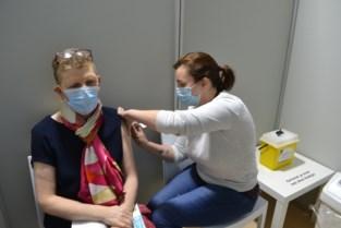 Verpleegster Isabelle (55) krijgt als eerste prik in vaccinatiecentrum Hoge Wal
