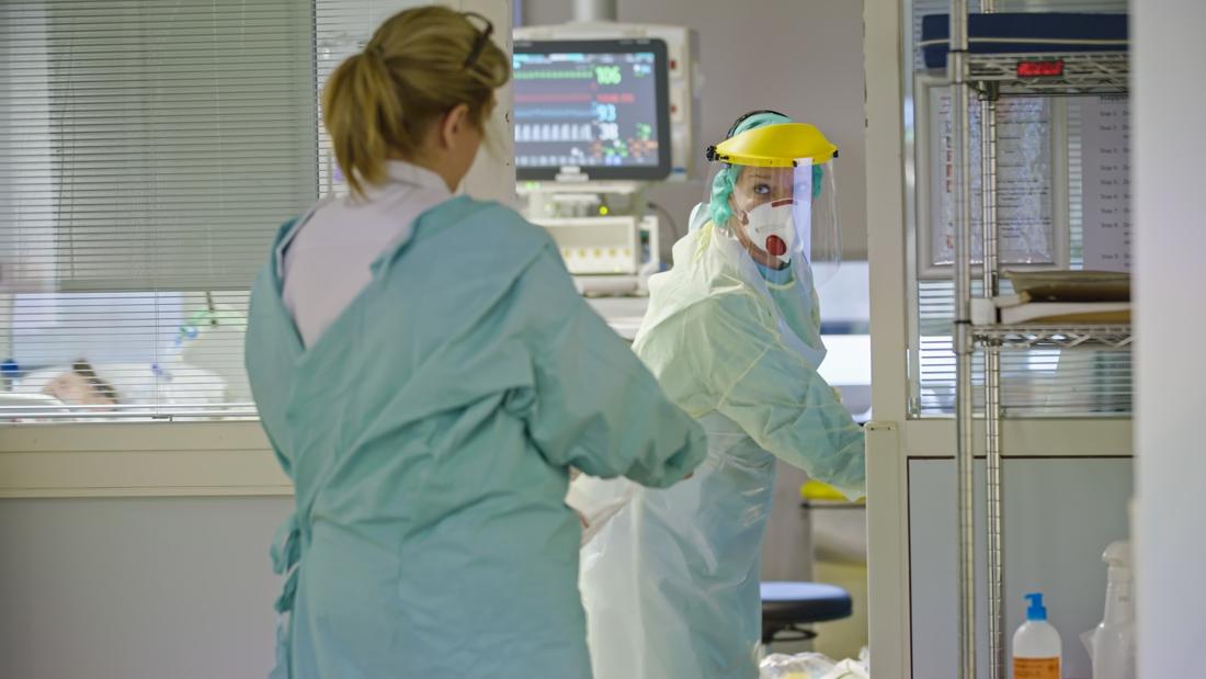 Meer coronabesmettingen en ziekenhuisopnames, reproductieget... - Het Nieuwsblad