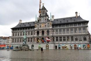 De afbraak van de stellingen voor het stadhuis in 1 minuut