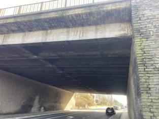 """Schilfers beton brokkelen af van snelwegbrug: """"Niets duidt op structurele problemen"""""""