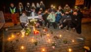 Klasgenoten verongelukte Niels (19) plaatsen kruisje en kaarsen bij 'zijn' parkeerplaats