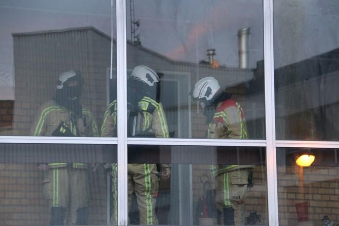 Vandaal steekt gordijnen in brand in appartementsblok