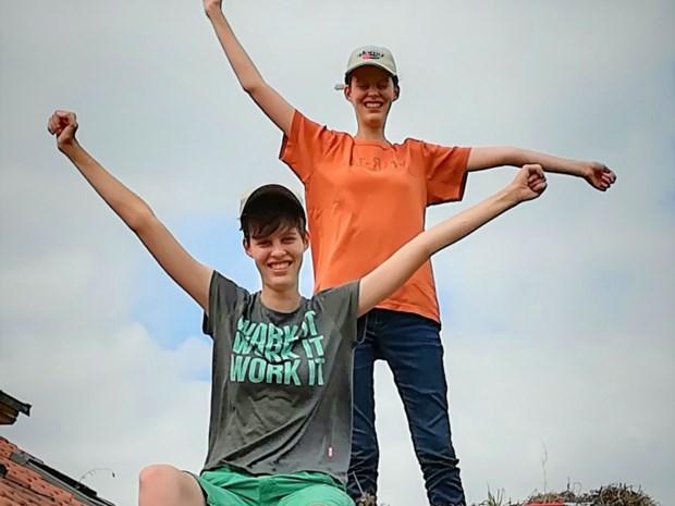 """Tweelingen Lotte en Tinne lijden aan onzichtbare spierziekte: """"Je wil niet weten wat voor boze blikken we krijgen"""""""