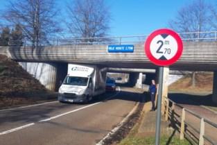 Lichte vrachtwagen steekt vast onder brug in Diepenbeek
