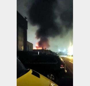 Industrieel gebouw in lichterlaaie, brandweer roept op ramen en deuren gesloten te houden<BR />