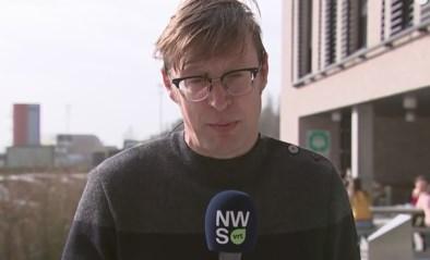 VRT-journalist Koen Wauters houdt het hoofd koel terwijl er een wesp op hem zit