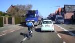 Dashcam filmt levensgevaarlijke capriolen van wielertoerist
