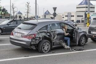 Aanhangwagen vrachtwagen scheurt achtervleugel van Mercedes