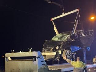 Drie twintigers gewond nadat auto in gracht was beland
