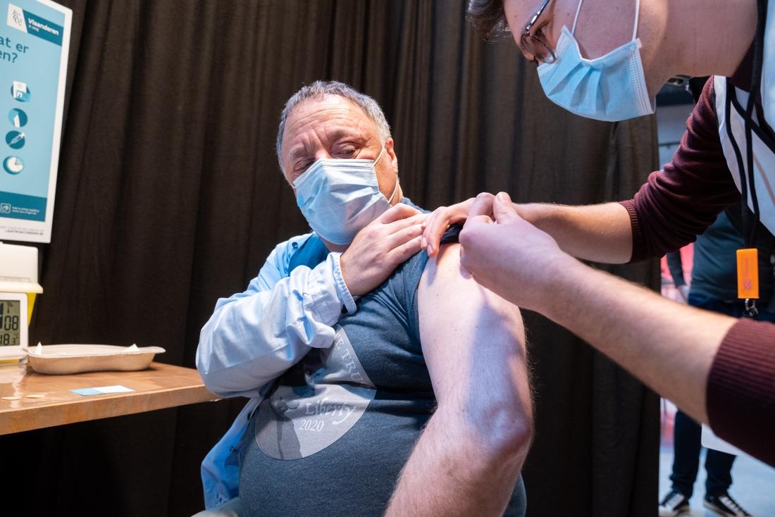 Viroloog Van Ranst pleit voor uitstel tweede vaccindosis - Het Nieuwsblad