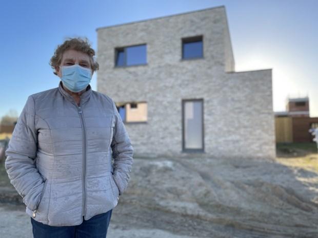 """Haar mooi herenhuis is ze voorgoed kwijt, maar Gisèle (78) zet dapper door: """"Waar ik ook ga, mijn beschermheiligen verhuizen mee"""""""