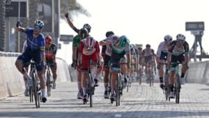 Sam Bennett sprint opnieuw naar winst in UAE Tour na waaierige rit vol valpartijen, Thomas De Gendt toont zich