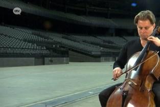 Eenzame cellist brengt ode aan iconische gebouwen die al maanden leeg staan