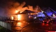 """Gemeente evacueert scholen en kinderdagverblijven in buurt van uitgebrande loods: """"Mogelijk is er asbest vrijgekomen tijdens de brand"""""""