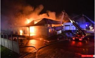 """Gemeente evacueert scholen en kinderdagverblijven in buurt van uitgebrande loods: """"Mogelijk is er asbest vrijgekomen, dus we nemen geen risico's"""""""