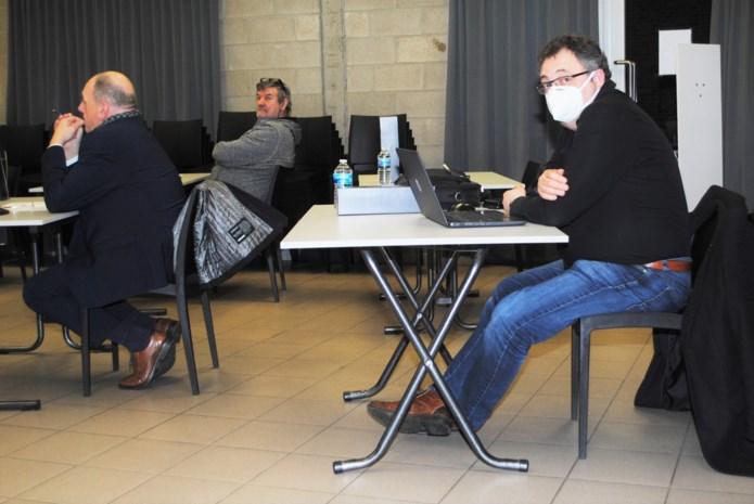"""Gemeenteraad ontaardt in caféruzie wanneer enkele gemeenteraadsleden laptop eisen om raad digitaal te volgen: """"Ik wil niet dat iemand bepaalt wat ik moet kopen"""""""