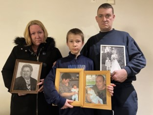 """Eerst moeder verloren, nu woning afgebrand: """"Alles is verwoest, maar deze mooie foto's van mama bleven gelukkig gespaard"""""""