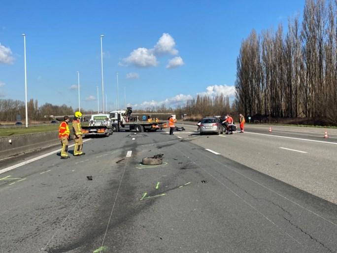Auto botst op vrachtwagen terwijl wegpolitie controle uitvoert: lange file op E19