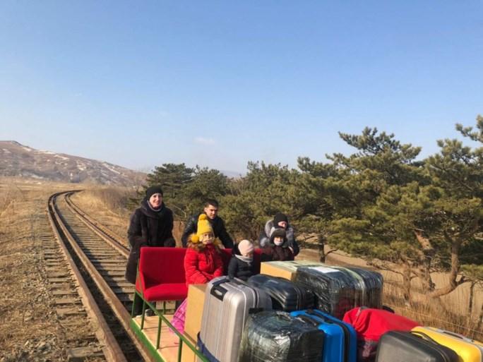 Russische diplomaten verlaten Noord-Korea in handgeduwd karretje