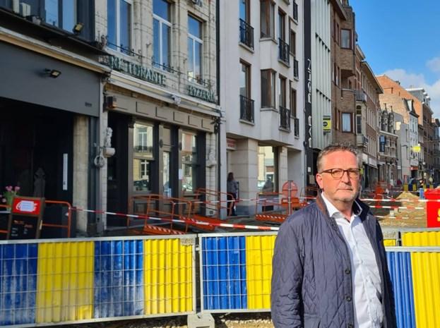 """Zware discussie op de gemeenteraad rond de nieuwe terrassen op de markt: """"Laat de uitbaters toch zelf kiezen. Of leven we hier in Rusland?"""""""