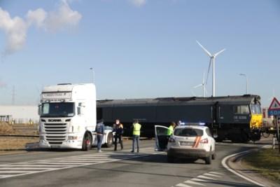 Vrachtwagen gegrepen door goederentrein