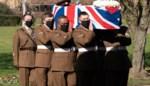 """Indrukwekkend afscheid van coronaheld """"Captain"""" Tom Moore: """"Hij heeft ons licht verschaft in de mist van het coronavirus"""""""