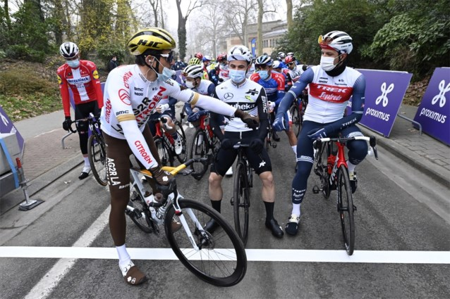 """Dit hadden de toppers te zeggen voor de start van de Omloop Het Nieuwsblad: """"Door wind totaal anders dan vorig jaar"""""""
