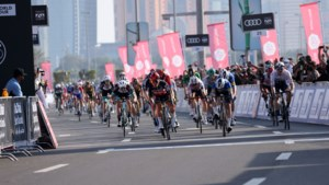 """Opgeluchte"" Caleb Ewan vloert Bennett in slotsprint in Abu Dhabi, eindzege is voor Pogacar"
