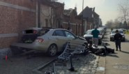 """""""Gescheur op rotonde"""" eindigt tegen gevel: zware Mercedes helemaal vernield"""