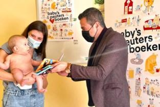 Voortaan krijgen baby's en peuters een eerste Boekstart-pakket overhandigd