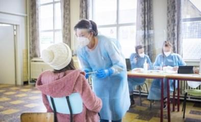 Helft van bijkomende besmettingen zit bij tieners en hun ouders, ondanks afkoelingsweek en vakantie