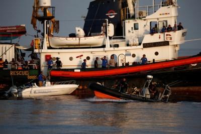 125.000 euro voor ngo om 27 migranten over te pakken: is dit vluchtelingen redden of mensen smokkelen?