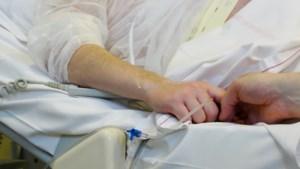 """Euthanasie-aanvragen dalen fors: """"Veel chronisch zieken wachten tot ze het samen met hun naasten kunnen doen"""""""