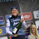 Ellen van Dijk met een brede lach na haar tweede zege in Dwars door Vlaanderen. Ook van de kasseien van Parijs-Roubaix werd de renster van Trek-Segafredo enthousiast.