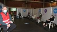 Vrijwilligers krijgen opleiding in vaccinatiecentrum