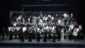 Valentino stuurt bijna volledig zwart-witte collectie de catwalk op